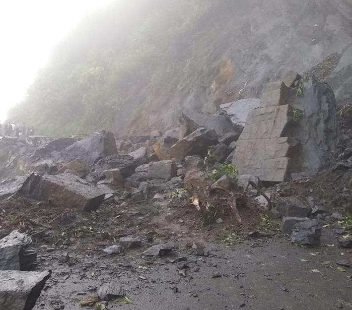 Vía Landázuri - Vélez. Gestión para retiro de derrumbe en la Transversal del Carare en Santander   EL FRENTE