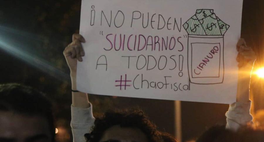 Con cianuro y linternas manifestantes exigieron renuncia del fiscal   EL FRENTE