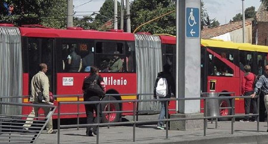 Una mujer fue robada y apuñalada en Transmilenio. El agresor fue golpeado por usuarios  | EL FRENTE