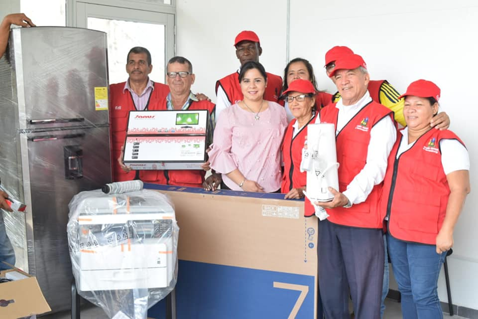 Dotación a la oficina central de las JAL. Alcaldía entregó mobiliario y elementos tecnológicos | EL FRENTE