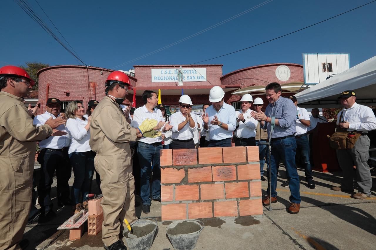 Inició construcción de dos nuevos hospitales. Primeras piedras en San Gil y Curití  | EL FRENTE
