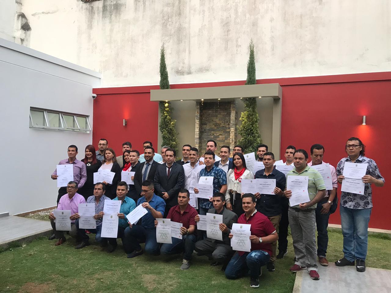 Primera generación del programa Axalta y SENA. Certifican a maestros pintores de Bucaramanga | Local | Economía | EL FRENTE