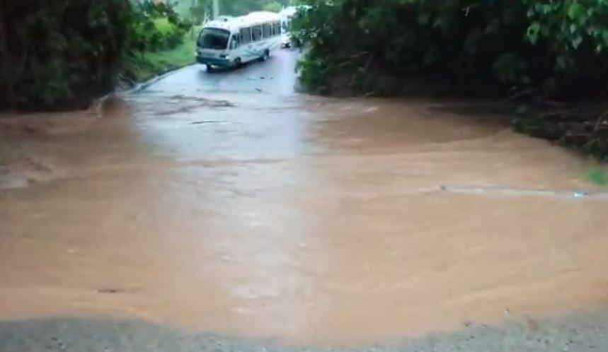 Vía Acapulco cerrada por desbordamiento de quebrada | EL FRENTE
