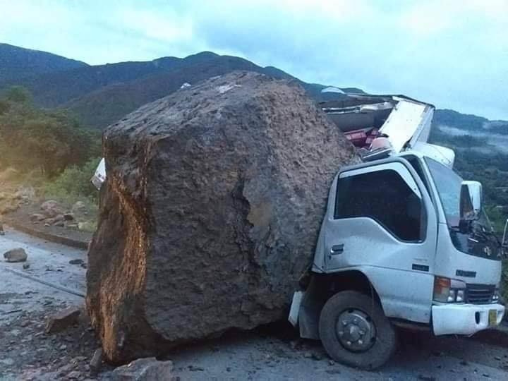 Inmensa roca cayó sobre un furgón en Boyacá por deslizamientos | EL FRENTE