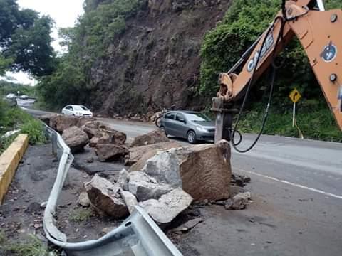 Socorro en alerta naranja por caída de enormes rocas | EL FRENTE