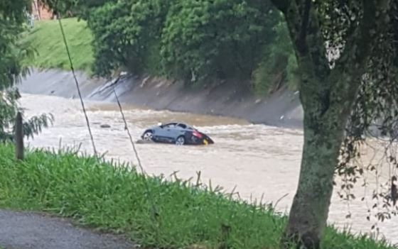 Carro cayó al río de Medellín   EL FRENTE