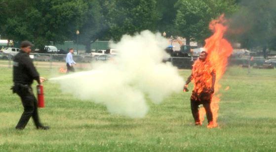 Hombre se prendió fuego frente a la Casa Blanca   EL FRENTE