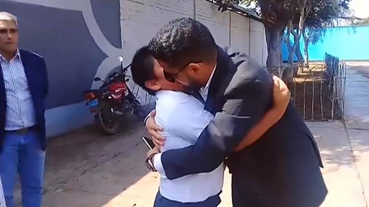 Millonario árabe le regaló una casa a niño que hacía sus tareas en la calle en Perú   EL FRENTE