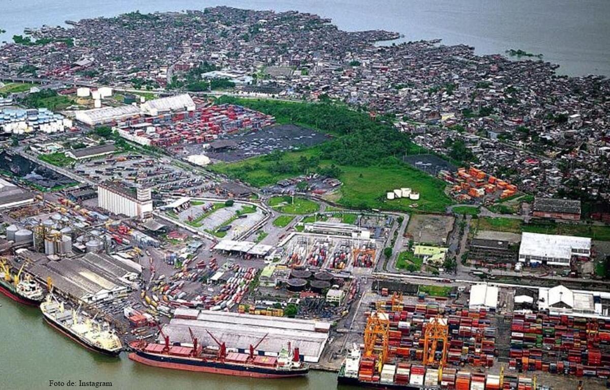 Cura busca exorcizar Buenaventura echándole agua bendita al municipio desde un helicóptero | EL FRENTE
