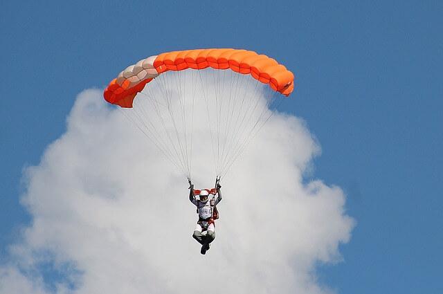 Paracaidista francés choca contra un muro | EL FRENTE