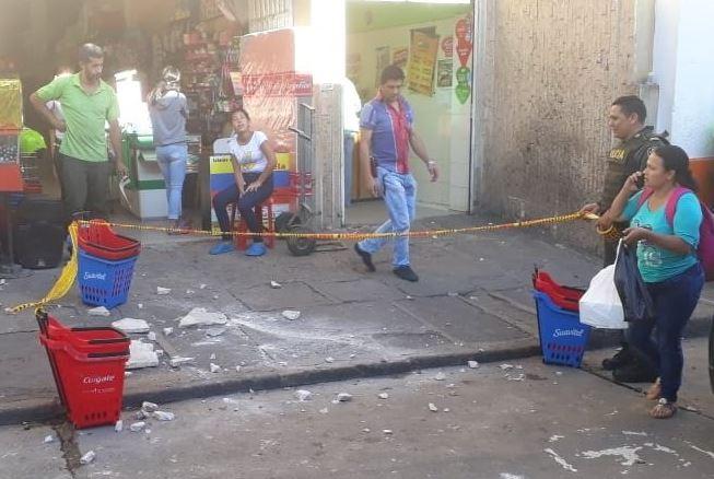 Mujer herida luego de que le cayera una baldosa desde un edificio en San Gil | EL FRENTE