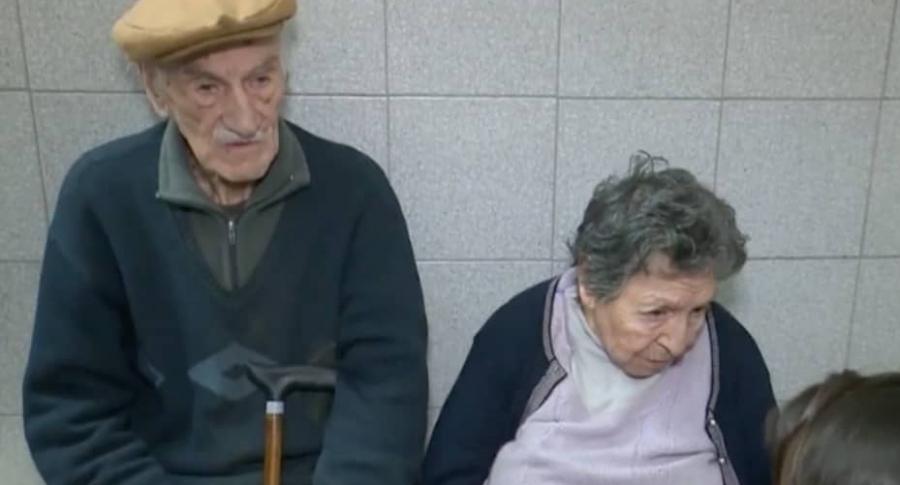 Hijo invitó a un restaurante a sus ancianos padres y los abandonó | EL FRENTE