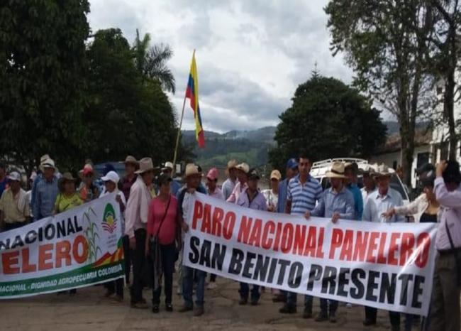 Se completan tres días del paro de paneleros que se toman la vía entre Santander y Boyacá | EL FRENTE