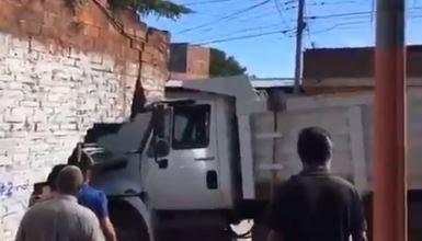 Volqueta colisionó contra una vivienda en Socorro | EL FRENTE