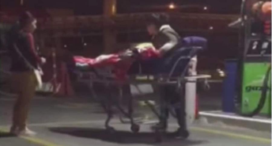 Bajan a abuela enferma para tanquear ambulancia a las 2:00 a.m. | EL FRENTE