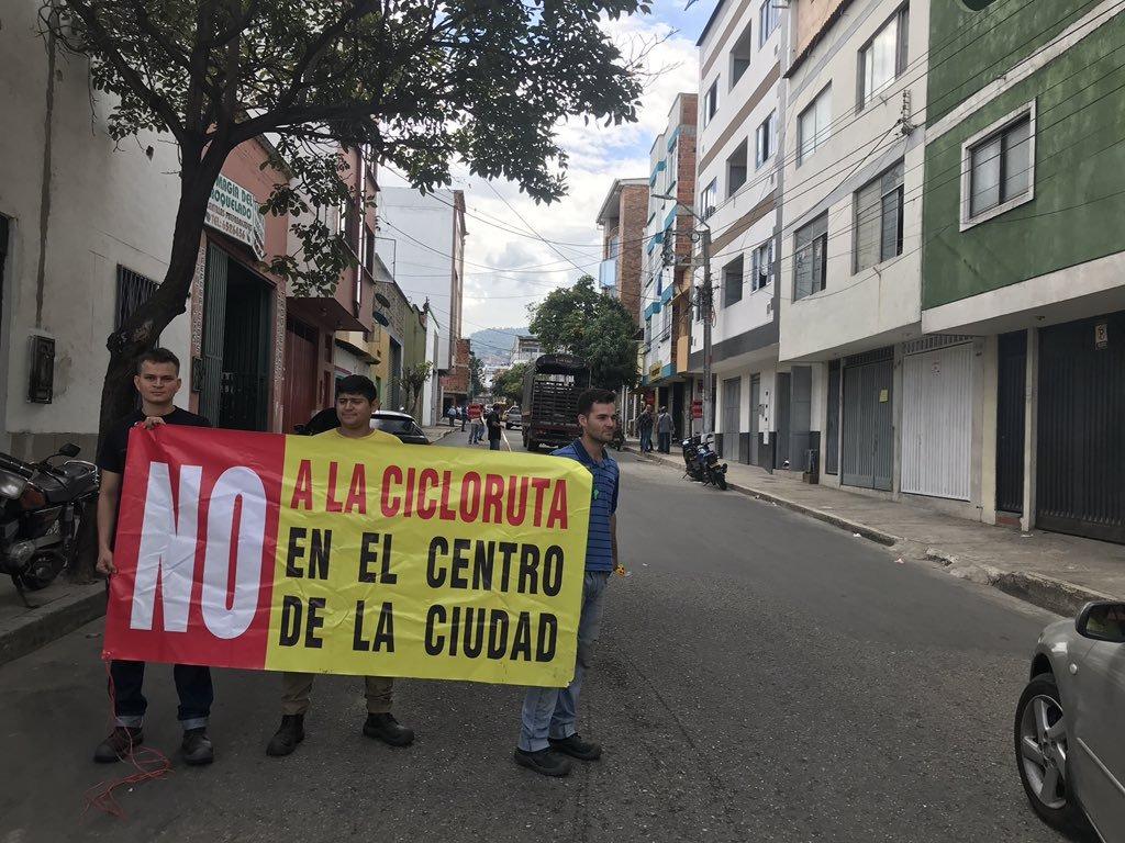Con escoltas al lado trabajan en construcción de cicloruta en Bucaramanga  | EL FRENTE