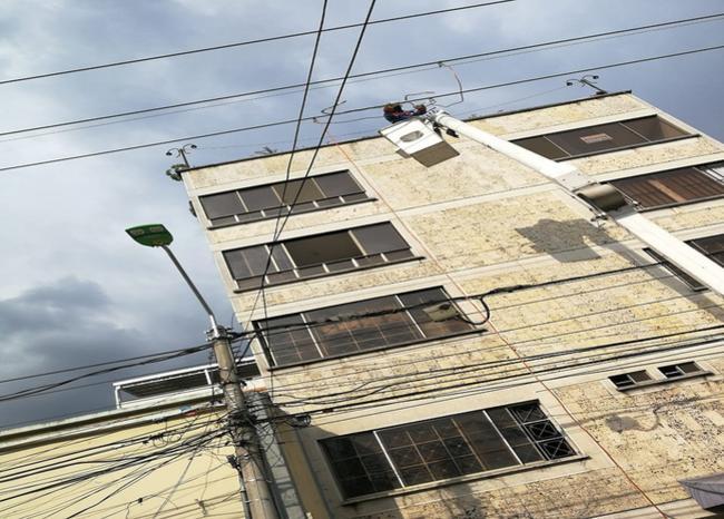Dos trabajadores resultaron quemados instalando una valla publicitaria  | EL FRENTE