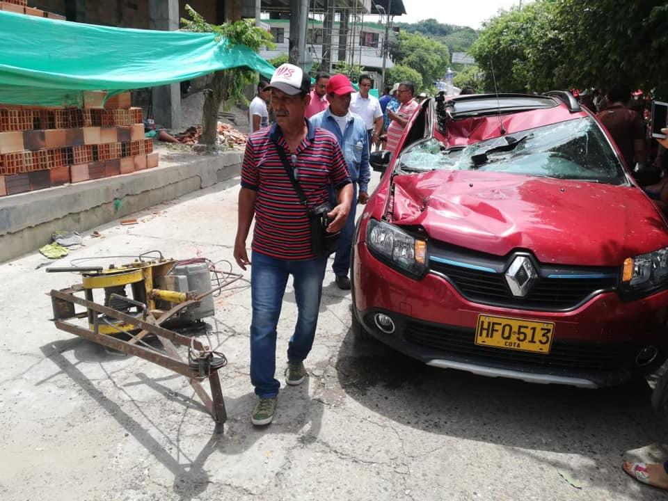 Carga de ladrillos de construcción cayó sobre un vehículo en Cimitarra | EL FRENTE