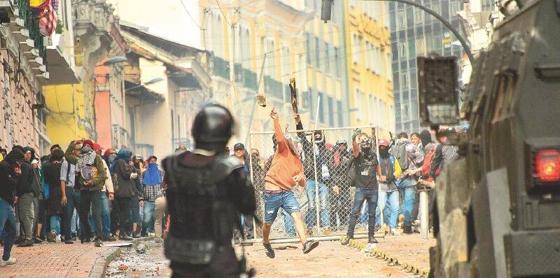 Un muerto, 14 heridos y cientos de detenidos en la ola de protestas en Ecuador  | EL FRENTE