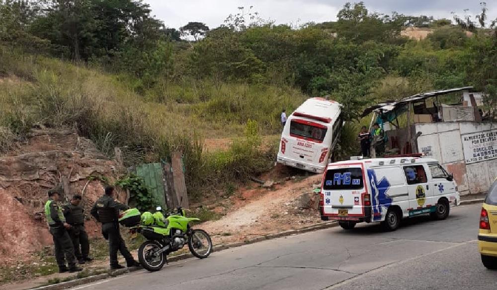 Buseta sin frenos se salió de la vía. Comunidad denuncia daño en la malla vial | EL FRENTE