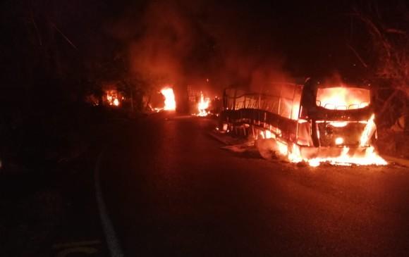 Presunto grupo guerrillero quemo vehículos en Antioquia en medio de enfrentamientos | Colombia | EL FRENTE