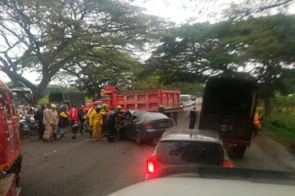 Aparatoso accidente entre volqueta y automóvil dejó 3 muertos  | Colombia | EL FRENTE