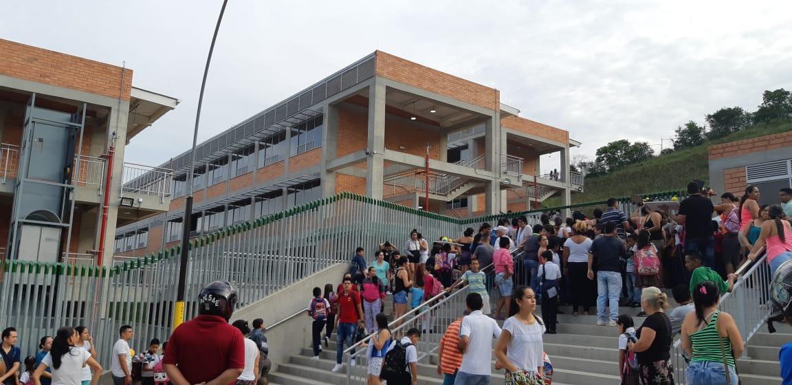 Padres de familia preocupados porque no funciona megacolegio   Girón   Metro   EL FRENTE