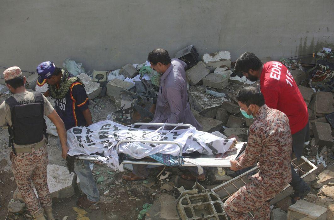 97 los muertos por el accidente de avión en Karachi | EL FRENTE