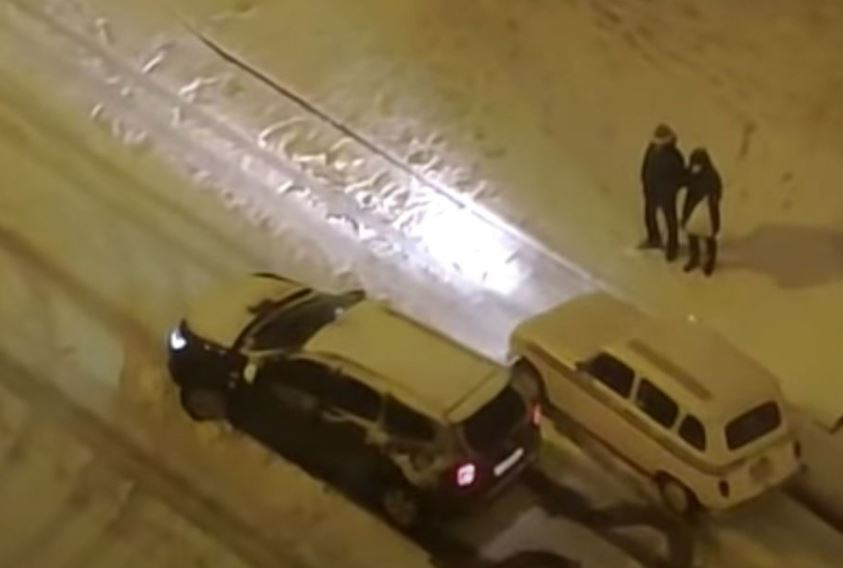 VIDEO. Renault 4 humilló a una camioneta en la nevada de Madrid | EL FRENTE