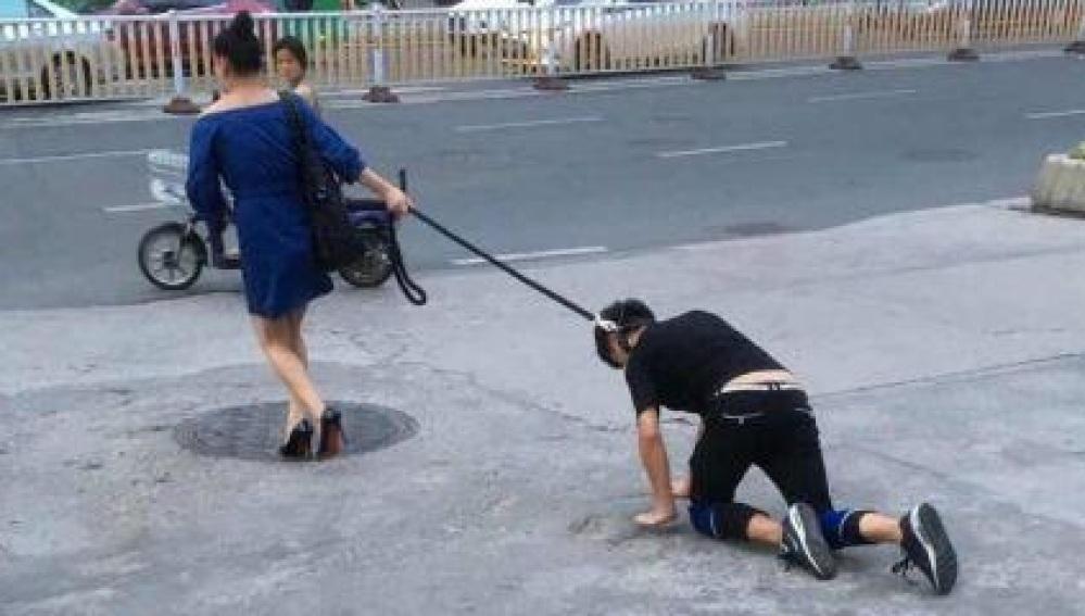 Sacó a su novio amarrado como perro para eludir toque de queda | EL FRENTE