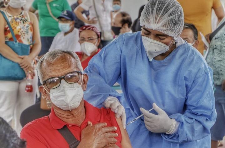 Campamento para jornada de inmunización a mayores de 65 años con vacuna de Pfizer en Girón   EL FRENTE