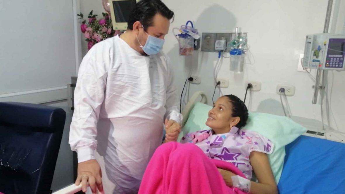 Mujer con Covid dio a luz a su hijo en UCI | EL FRENTE