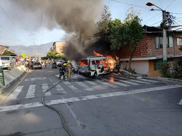 Incendio de dos vehículos causó pánico en Girón    EL FRENTE