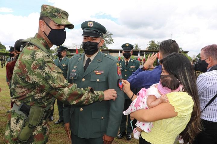 Ascensos a grado superior en el Ejército son orgullo familiar por logros de los héroes de la patria | EL FRENTE