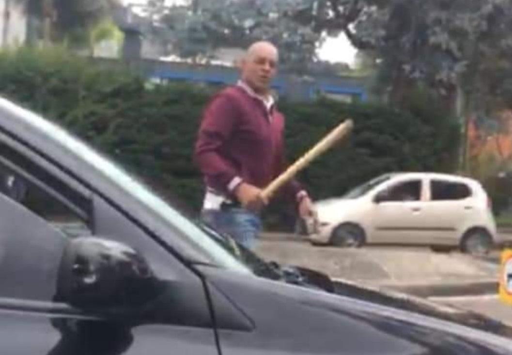 Le reclamaron por orinar en la calle y respondió con un bate en la mano  | EL FRENTE