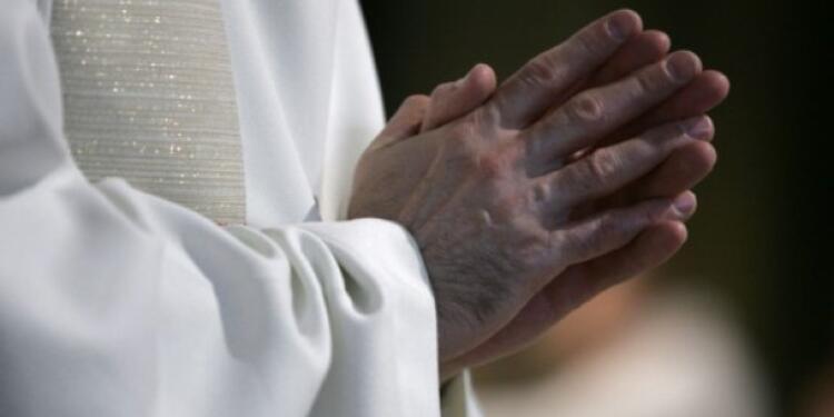 Hombre ataca brutalmente a sacerdote tras ver que estaba tocando a su hijo   EL FRENTE