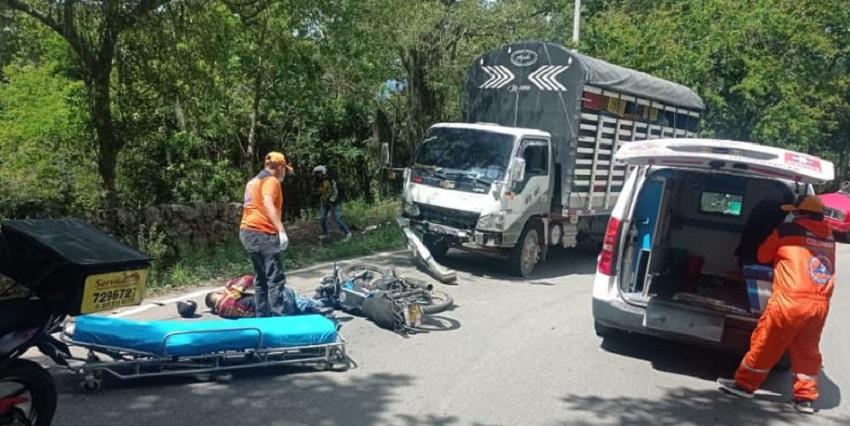 Motorizados salieron volando tras estrellarse contra un camión en El Socorro   Local   Justicia   EL FRENTE