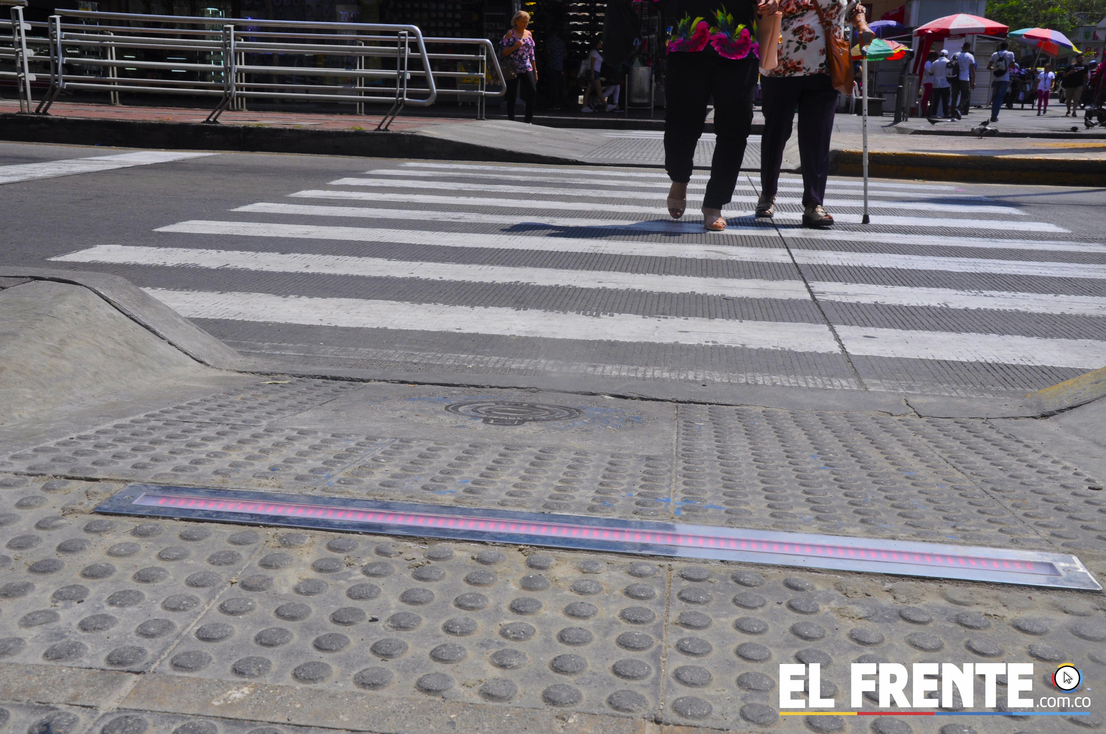 Bucaramanga instala el primer semáforo en el piso para peatones | EL FRENTE