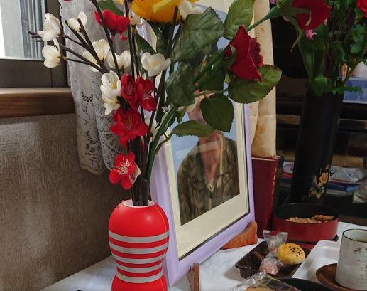 Anciano confundió juguete sexual de su nieto con un florero   EL FRENTE