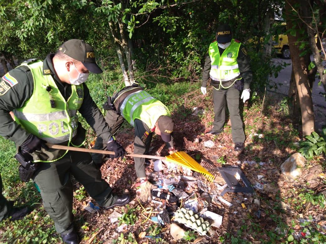 Policía celebró el día del agua recolectando residuos sólidos en las fuentes hídricas de la ciudad | Metro | EL FRENTE