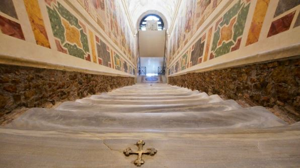El Vaticano exhibió la escalera de mármol por la que subió Jesús durante su juicio | EL FRENTE