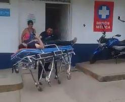 Video. Paramédicos dejan caer a un paciente de la camilla por distracción | EL FRENTE