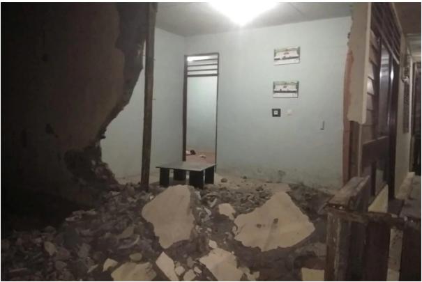 Sismo de magnitud 7,3 dejó un muerto y cientos de casas destruidas en Indonesia   foto   EL FRENTE