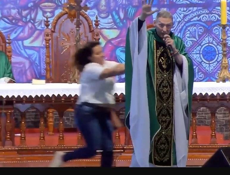 El famoso sacerdote brasileño Marcelo Rossi fue tumbado del altar por una mujer en plena misa | Noticias | Mundo | EL FRENTE