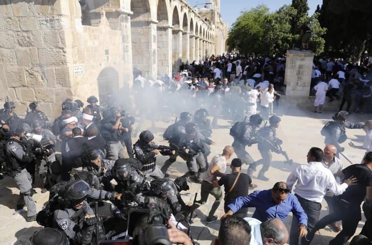 Batalla campal entre palestinos y policías israelíes en el Templo de las Mezquitas de Jerusalén | EL FRENTE