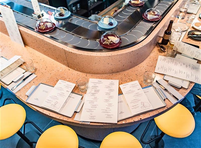 En Londres llega el primer restaurante del mundo con una cinta transportadora de quesos | EL FRENTE