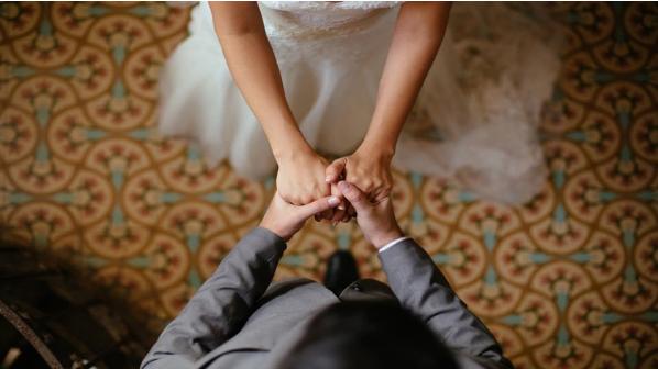 Descubrió a su prometido agrediendo sexualmente a una dama de honor, pero la boda continuó | EL FRENTE
