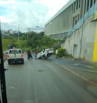 Carro se volcó en Bucaramanga | EL FRENTE