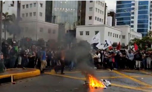 Protesta de estudiantes terminó en desmanes y enfrentamientos con las autoridades   EL FRENTE