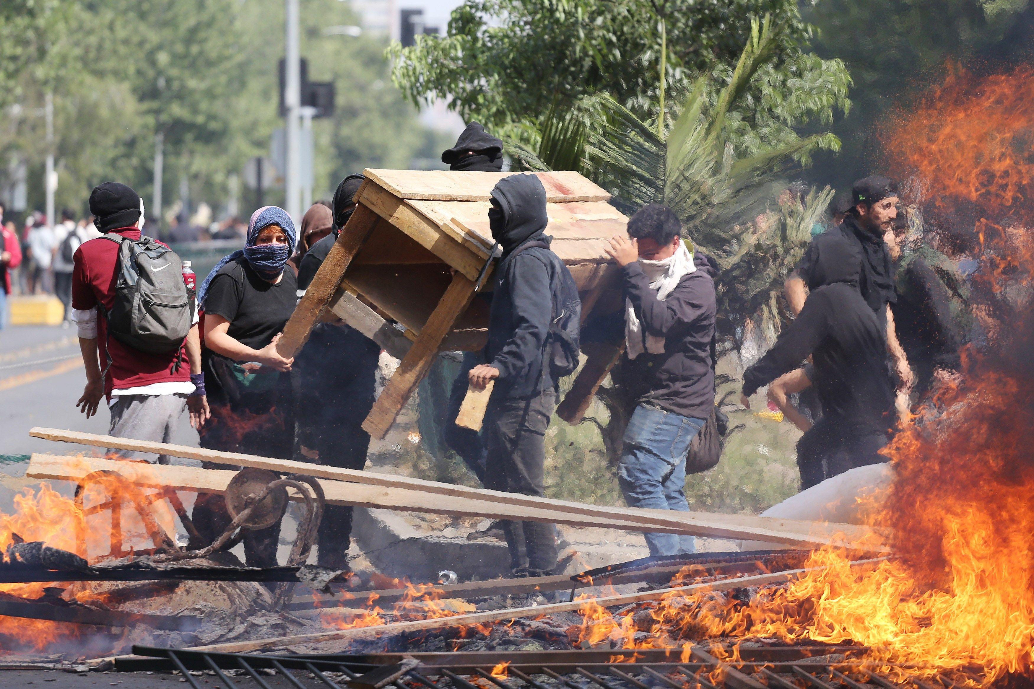 Chile en máxima tensión bajo fuego, pedreas, cacerolazos, saqueos y toque de queda | EL FRENTE